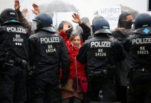 Photo of Бутылки против водометов: как в Берлине разгоняли митинг противников карантина (фото)