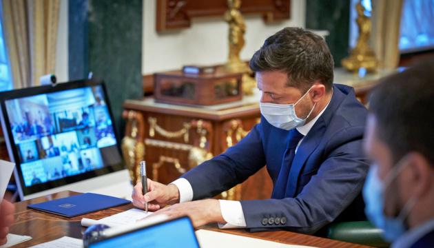 Зеленский говорит, что будет вакцинироваться за свой счет