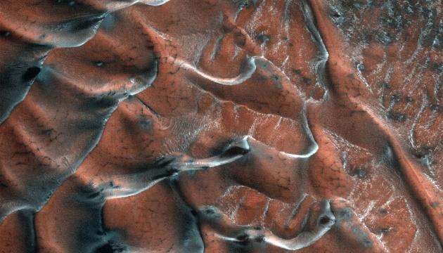 NASA показало «замороженные» дюны на Марсе