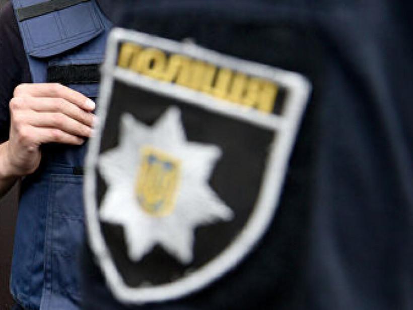 Неадекватная женщина бросалась банками в подростков в Николаеве (ВИДЕО)